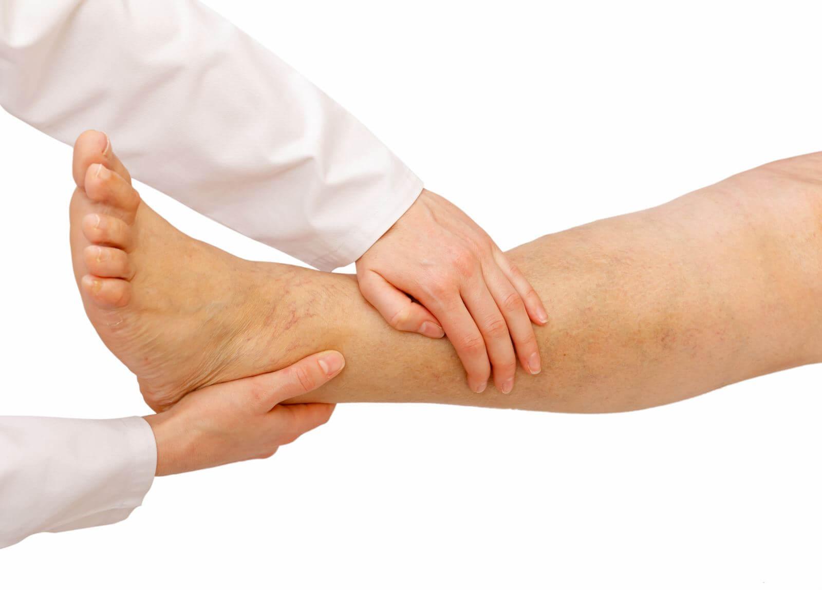 Отекает правая нога от колена до стопы к какому врачу обратиться